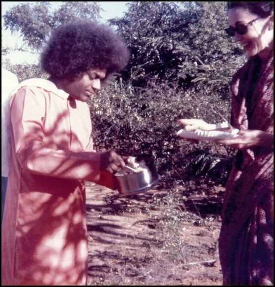 swami_serving_food